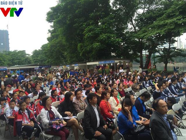 Các vị khách mời, các em học sinh, sinh viên Quận Cầu Giấy tham dự khai mạc hội chợ.
