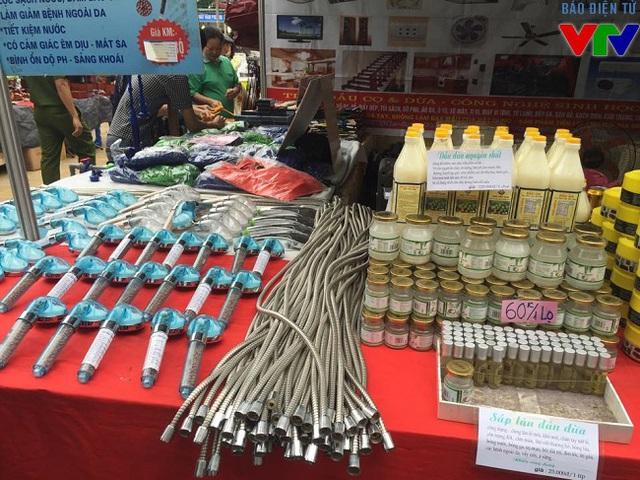 Các mặt hàng đặc sản các vùng miền được bày bán trong hội chợ.