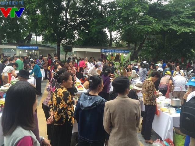 Phần thi nấu ăn diễn ra sôi nổi trong hội chợ.