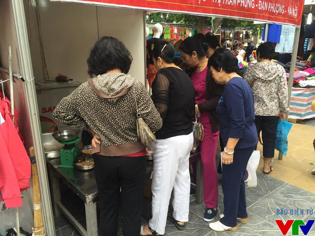 Hội chợ thu hút đông đảo các bà, các mẹ trong các gian hàng ẩm thực.
