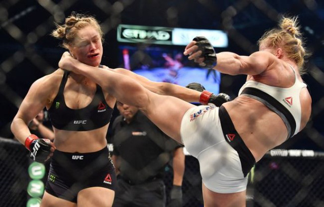 Ronda Rousey nhận cú đá trời giáng của Holly Holm