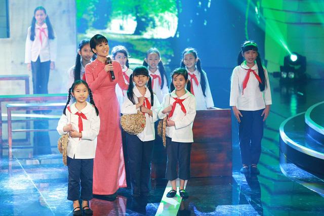 Tiết mục Bác Hồ - Người cho em tất cả của Hồng Nhung và các em thiếu nhi đã chinh phục khán giả với lượng bình chọn đang dẫn đầu.