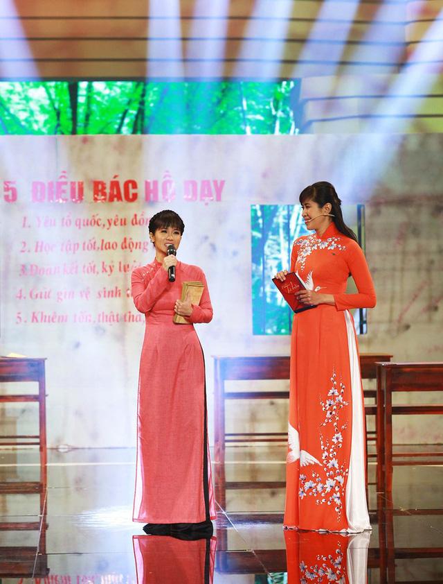 Hồng Nhung duyên dáng trong hình ảnh cô giáo với tà áo dài. Cô cũng chia sẻ nhiều kỷ niệm về thời đi học và thời mình tham gia văn nghệ ngày đó.