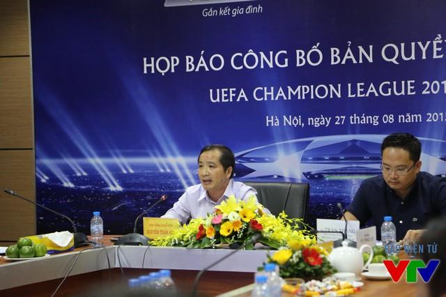 Ông Nguyễn Tuấn Anh - Phó Tổng giám đốc VTVcab (trái) chia sẻ trong buổi họp báo.