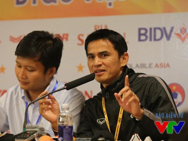 HLV Kiatisak cùng các học trò đứng trước cơ hội làm nên kỳ tích cho bóng đá Thái Lan