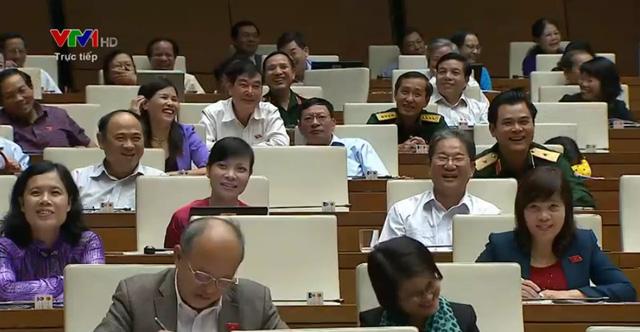 Các đại biểu bật cười trước những trả lời của Bộ trưởng Hoàng Tuấn Anh