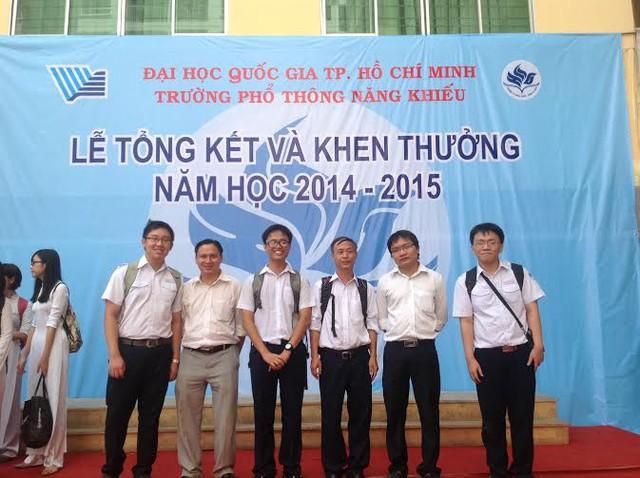 Huy Hoàng (thứ 3 từ trái sang) cùng thầy và các bạn của lớp 12 toán trường Phổ thông năng khiếu chụp ảnh lưu niệm tại Lễ tổng kết và khen thưởng 2014-2015