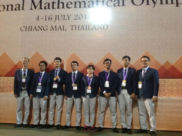 Huy Hoàng (thứ 3 từ phải sang) trong cuộc thi Olympic Toán tại thành phố Chiang Mai, Thái Lan vào tháng 7 vừa qua