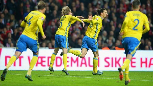 Ibrahimovic sung sướng với bàn thắng đưa Thụy Điển vào VCK Euro 2016