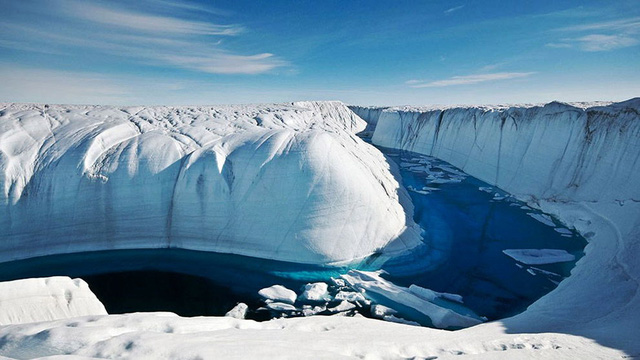 Hẻm băng Ice Canyon với độ sâu ước tính 45m nằm tại Greenland - một trong những vùng đất lạnh lẽo nhất thế giới