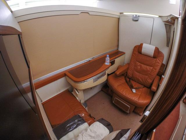 Nếu muốn không gian riêng tư, hành khách có thể sử dụng vách ngăn và nằm giường đơn