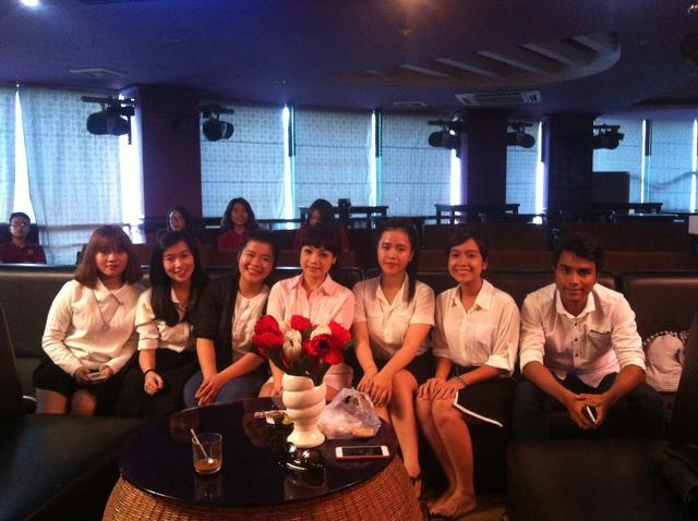 Đội trường Đại Học Sư Phạm chụp cùng HLV Ngọc Khuê.