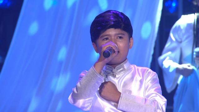 Minh Khang rất cảm động khi thể hiện ca khúc trên sân khấu