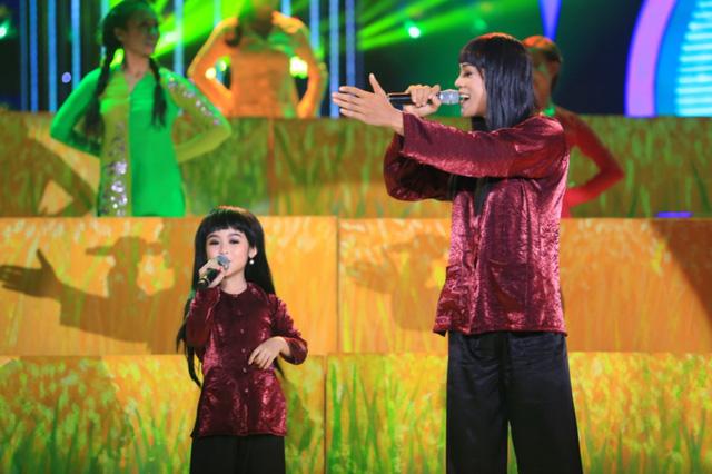 Bảo Ngọc và Phan Ngọc Luân bắt chước ca sĩ Ánh Tuyết thể hiện ca khúc Bức họa đồng quê