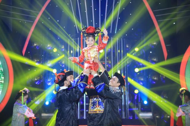 Bảo Ngọc và Lan Phương hóa thân thành Triệu Vy trong vai Tiểu Yến Tử; Lan Phương hóa thân thành Dung Mama với nhạc phẩm trong phim Có một cô gái.