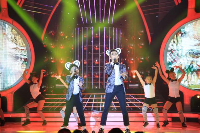 Với tiết mục này, hai chú cháu hóa thân thành hai chú chuột. Dưới sự dẫn dắt của Nam Cường, Minh Khang đã có một màn trình diễn khá thuần thục ngay trên sân khấu.