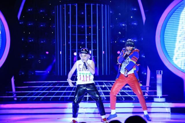 Trong Show 10, Hoàng Quân - Thúy Uyên hóa thân thành Taeyang và G-Dragon với bài hát Good boy.