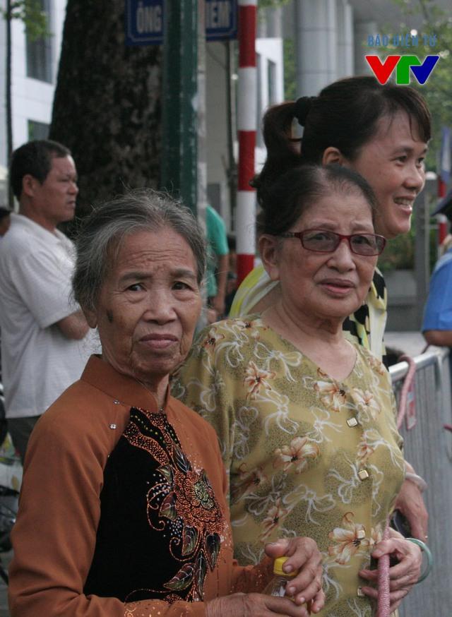 Nhiều người lớn tuổi cũng đã hòa mình vào dòng người đón đoàn diễu binh từ rất sớm