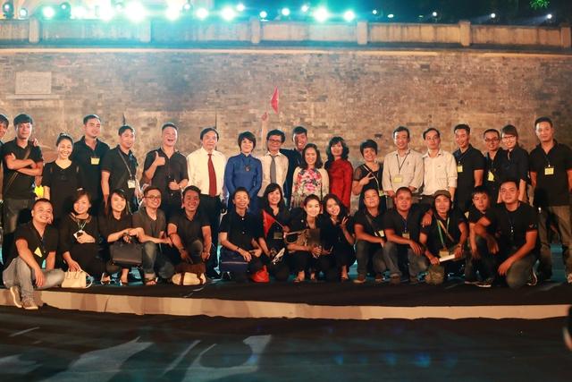 Nhà báo Tạ Bích Loan chụp ảnh cùng Tổng Giám đốc Đài THVN Trần Bình Minh, Phó Tổng Giám đốc Phạm Việt Tiến và các BTV của Ban Thanh thiếu niên tại chương trình THTT Lá cờ độc lập.