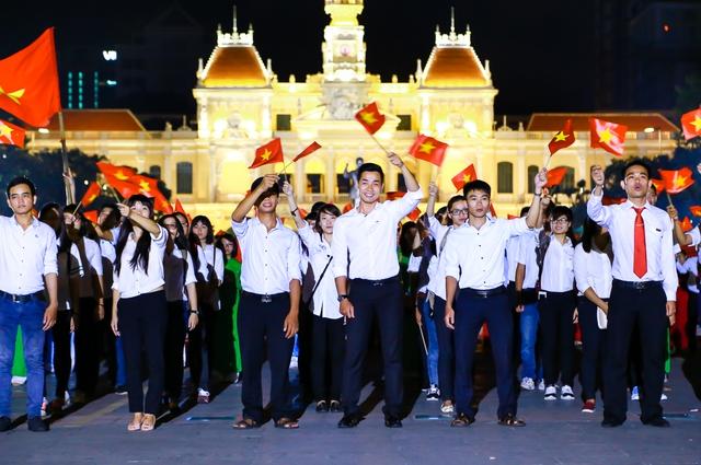 MC Nguyễn Khang và các bạn trẻ tham gia điểm cầu ở TP.HCM