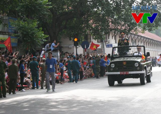 Xe đại diện của lực lượng vũ trang nhân dân do Trung tướng Võ Văn Tuấn, Phó Tổng tham mưu trưởng Quân đội Nhân dân Việt Nam dẫn đầu
