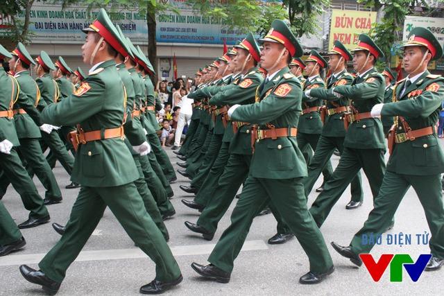 Hinh ảnh đoàn diễu binh hùng dũng đi qua các tuyến phố Hà Nội đã mang lại những cảm xúc hết sức tự hào cho tất cả mọi người