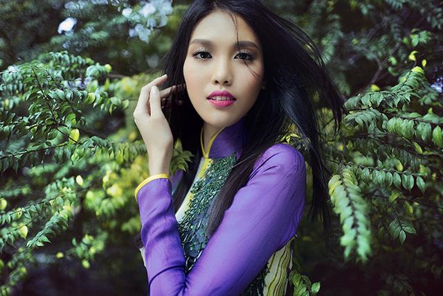 Khi diện trang phục áo dài truyền thống, Lan Khuê lại toát lên vẻ nữ tính, thanh lịch