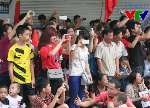 Nhiều bạn trẻ ghi lại những hình ảnh hào hùng của ngày Quốc khánh bằng các thiết bị di động