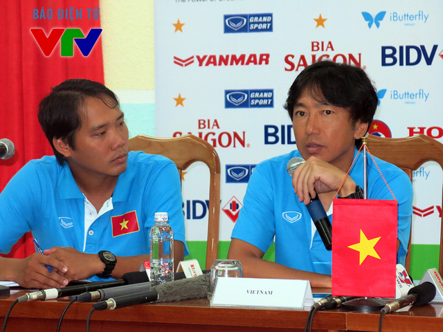 HLV Miura (phải) chia sẻ trong buổi họp báo trước trận gặp ĐT CHDCND Triều Tiên (Ảnh: Chí Hiển)
