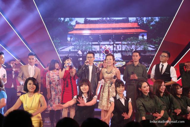 Ca sĩ Ngọc Khuê, Hoàng Bách và Thái Thùy Linh mở đầu chương trình với ca khúc Huế - Sài Gòn - Hà Nội - một sáng tác của Trịnh Công Sơn.