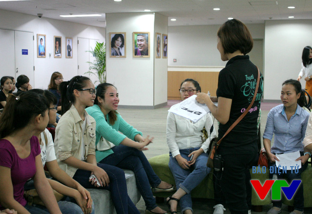 Thành viên Ban tổ chức chia sẻ và trò chuyện cùng các thí sinh, giúp họ thoải mái tâm lý hơn.