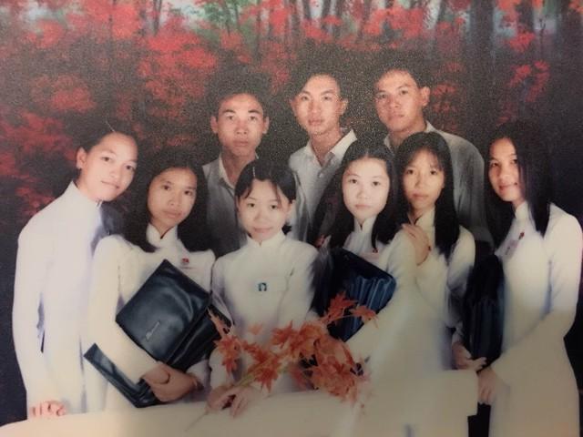 BTV Việt Phong (hàng trên, ở giữa) thời cắp sách đến trường
