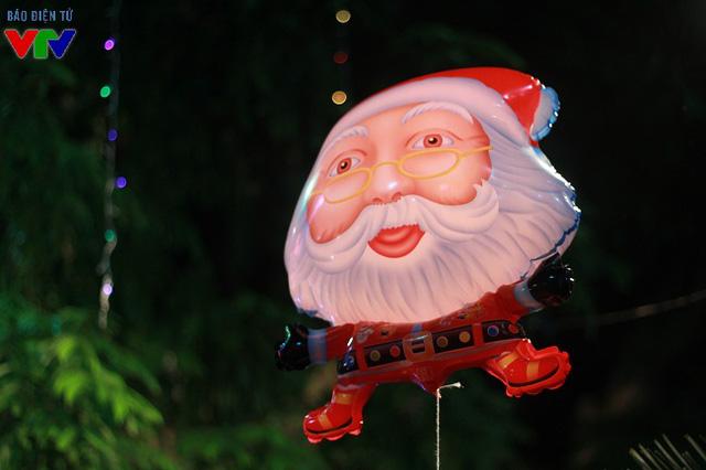 Hình ảnh ông già Noel xuất hiện khắp nơi trong đêm Giáng sinh an lành, ấm áp.