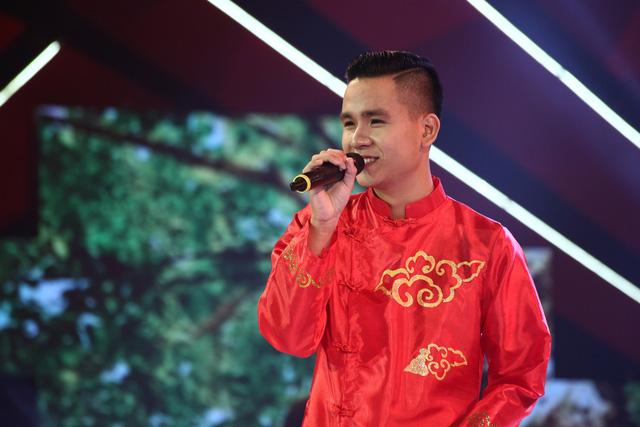Thí sinh Ngọc Thạch, trường Đại học Kiến trúc Đà Nẵng thể hiện ca khúc Bóng cây Kơ nia.