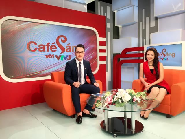 Tiến Đức và MC Thu Trang trong một buổi ghi hình Café sáng.