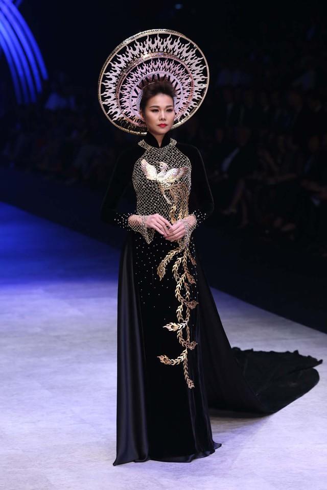 Siêu mẫu Thanh Hằng toát lên vẻ đẹp của người phụ nữ Việt Nam trong bộ áo dài đặc biệt