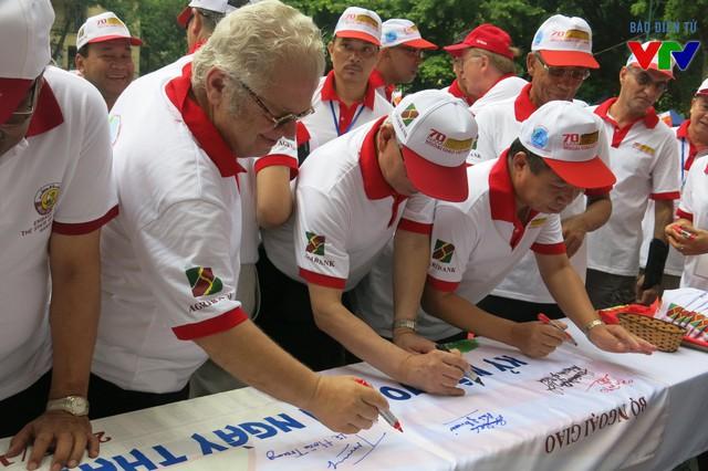Đại sứ các nước ký tên kỷ niệm chương trình
