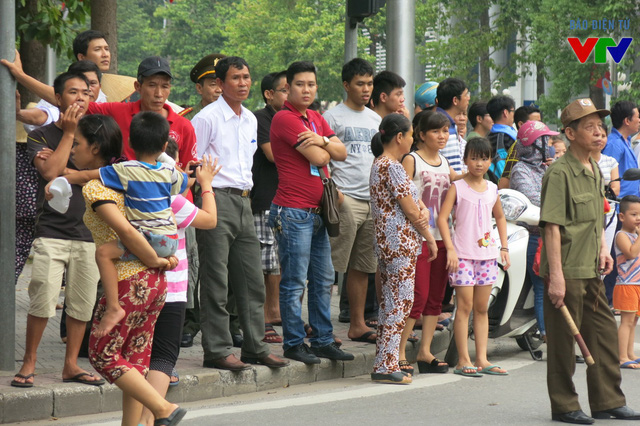 Người dân đứng chờ xem buổi Tổng duyệt Lễ diễu binh, diễu hành