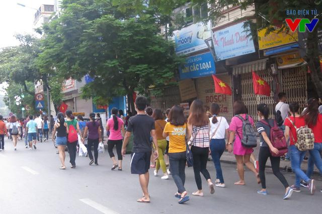 Dòng người lũ lượt đổ về các tuyến đường diễn ra diễu binh