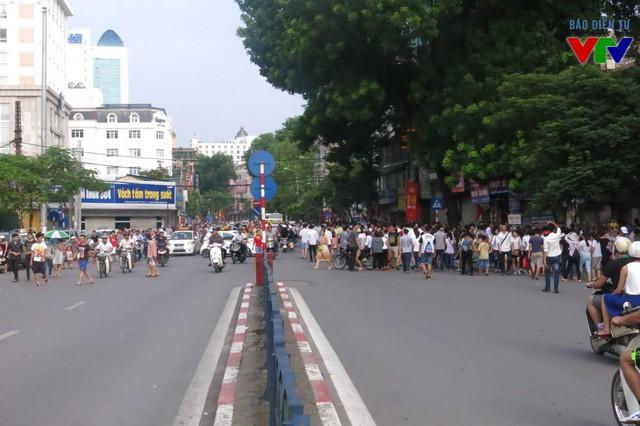 Dù ngoài trời đã bắt đầu xuất hiện nắng nóng nhưng hàng nghìn người dân vẫn đứng đợi tại ngã tư Cát Linh, Tôn Đức Thắng, Văn Miếu... để xem đoàn diễu hành