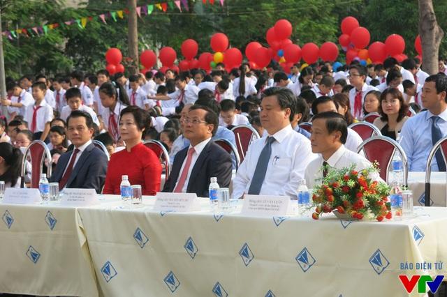 Các đại biểu cùng các thầy cô tham dự lễ khai giảng.