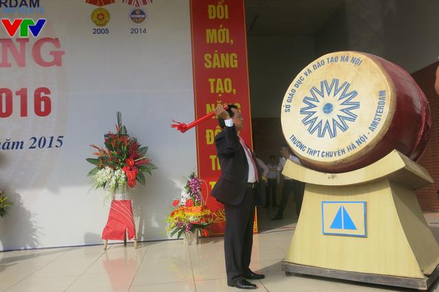 đồng chí Phạm Quang Nghị, Ủy viên Bộ Chính trị, Bí thư Thành ủy Hà Nội đánh trống khai giảng năm năm mới tịa trường