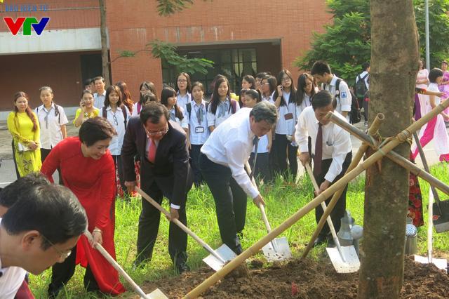 đồng chí Phạm Quang Nghị, Ủy viên Bộ Chính trị, Bí thư Thành ủy Hà Nội đến dự và trồng cây lưu niệm cùng với các đồng chí lãnh đạo Đảng, Nhà nước, Bộ Giáo dục – Đào tạo và Thành phố Hà Nội.