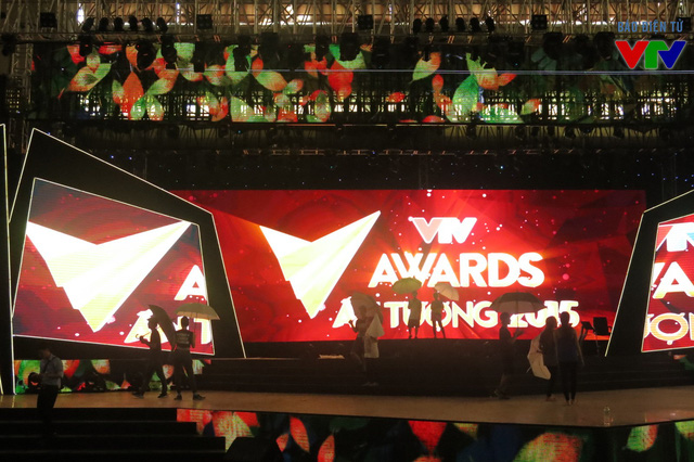 Sân khấu được dàn dựng công phu và hoàng tráng