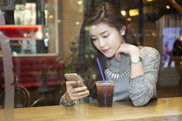 Trong lúc dừng chân nghỉ ngơi, cô vẫn tranh thủ kiểm tra email, xem lại lịch làm việc.