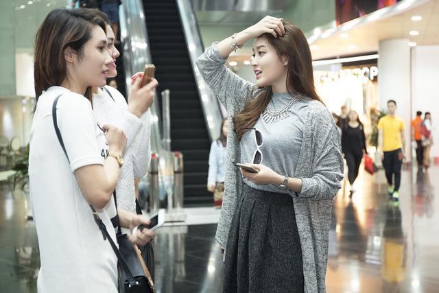 Á hậu Huyền My tỏ ra cởi mở khi trò chuyện với người lạ trong trung tâm thương mại ở TP.HCM.