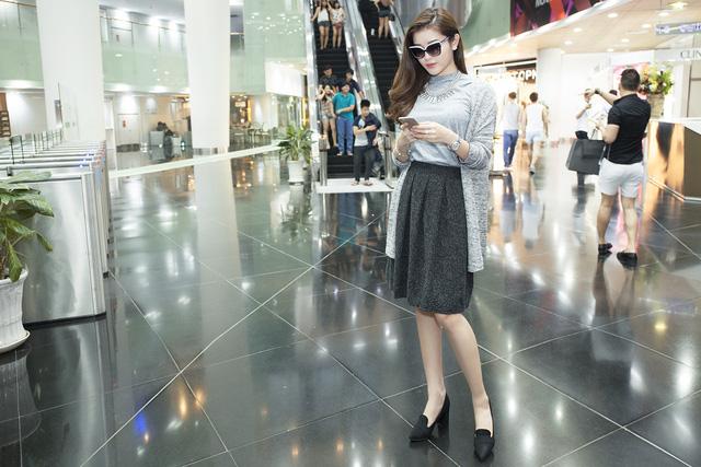 Người đẹp lựa chọn trang phục khá đơn giản nhưng vẫn thể hiện phong cách đường phố quyến rũ.