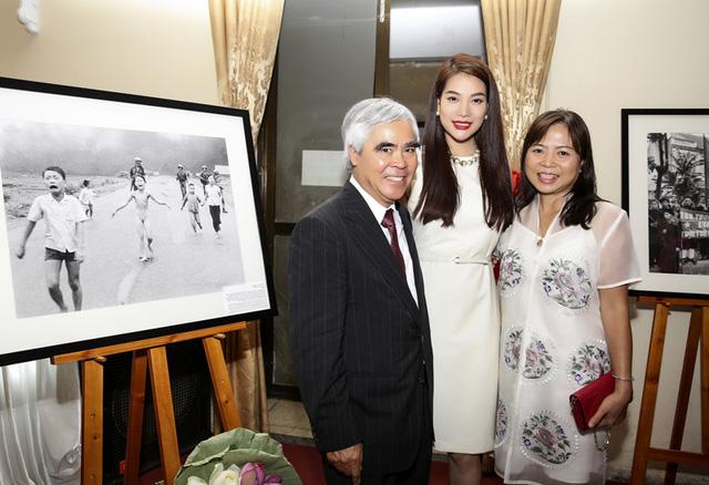 PV Nick Út bên cạnh bức ảnh huyền thoại