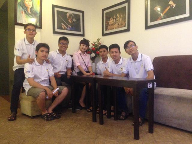 Các thí sinh đội Đại học Bách khoa Đà Nẵng cùng HLV Ngọc Khuê.
