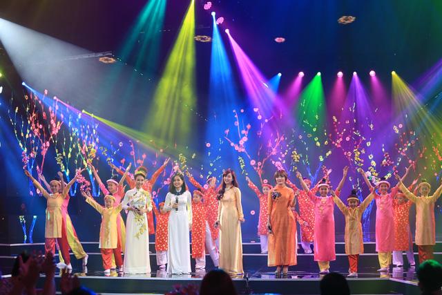 Đinh Hương, Uyên Linh, Nhật Thủy, Hoàng Quyên và nhóm múa MTE thể hiện ca khúc Mùa xuân đầu tiên.